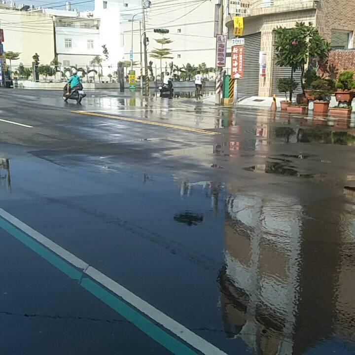 東港鎮船頭里12日早上又開始海水倒灌造成積淹水。圖/船頭里長葉而項提供