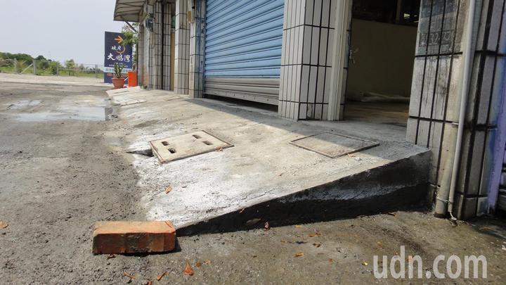 東港鎮船頭路有住戶上次淹怕了,立即施工將透天厝車庫墊高20公分。記者蔣繼平/攝影