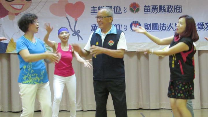 苗栗縣長徐耀昌(右二)今天跟著大跳海草舞,展現難得的一面。記者范榮達/攝影