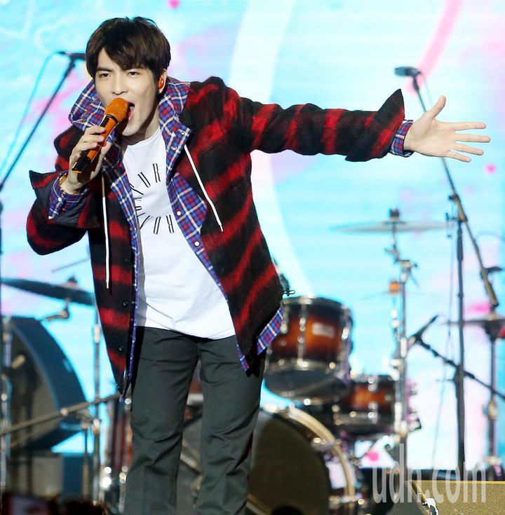 蕭敬騰獻唱新專輯歌曲「讓我為你唱情歌」。記者侯永全/攝影