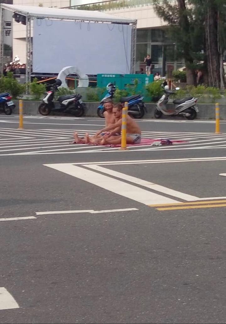 兩名外國人只穿著短褲、光著上半身今天下午躺在車水馬龍的彰化市公園路道路中間「日光浴」,被網友po上網,有人笑說「日光浴在國外好像很正常!」,讓大家議論紛紛。圖/翻攝自「彰化人大小事」臉書