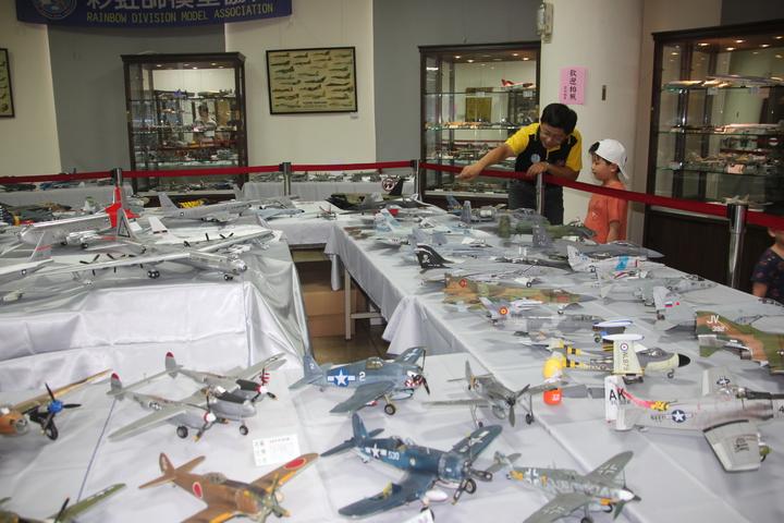彰化市古月民俗館正展出彩虹師模型協會的飛機、戰車模型展,各國的戰鬥機齊聚一堂,也有不少天馬行空的創意。記者林宛諭/攝影