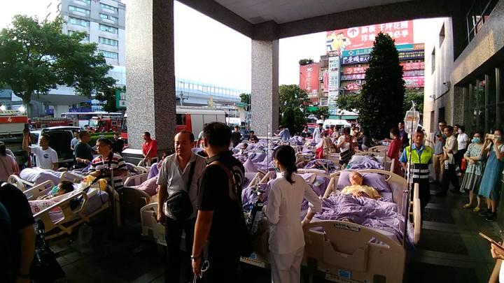 新北市新莊區的衛福部臺北醫院,今天凌晨4時許傳出火警,災害共造成24人送醫,其中14人(7男7亡)被救出時已無生命跡象。記者袁志豪/翻攝