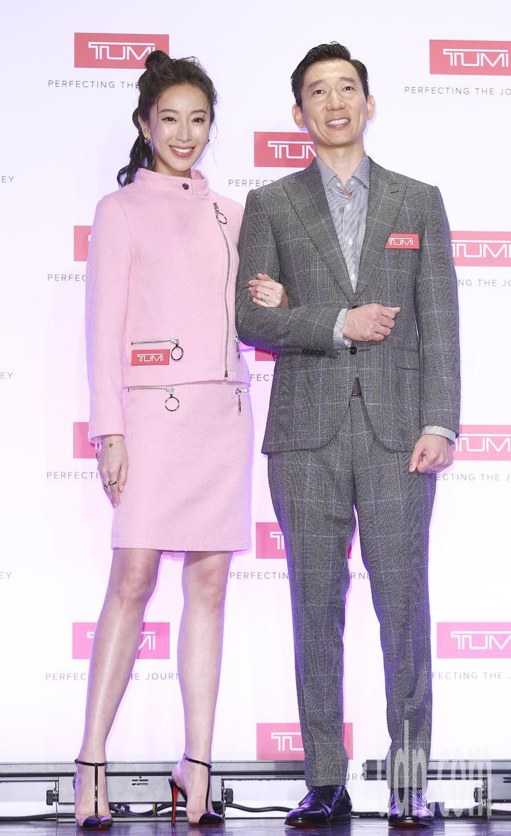 美國旅遊時尚精品品牌TUMI,今天在台灣發表2018秋冬全新系列包款及行李箱。發表會上邀請名模隋棠及TONY夫妻檔擔任嘉賓,搭配最新商品,同台演繹都會時尚。記者杜建重/攝影