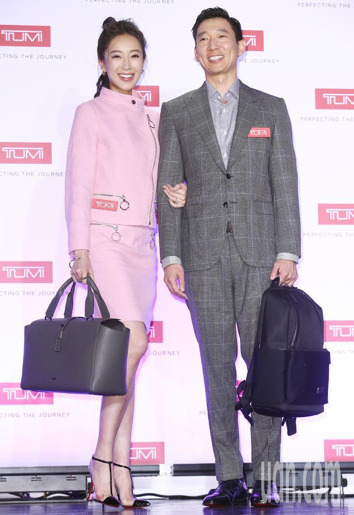 旅遊時尚精品TUMI今天在台灣發表2018秋冬全新系列包款及行李箱,特別邀請名模隋棠及TONY夫妻檔擔任嘉賓,同台演繹都會時尚。記者杜建重/攝影
