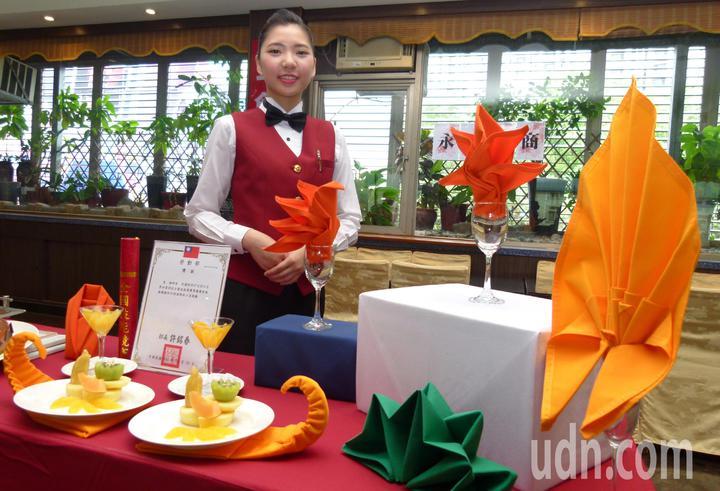 楊梓凌在餐服組是大家關注意的選手,不但作品出色也展現親切的笑容和自信。記者鄭國樑/攝影