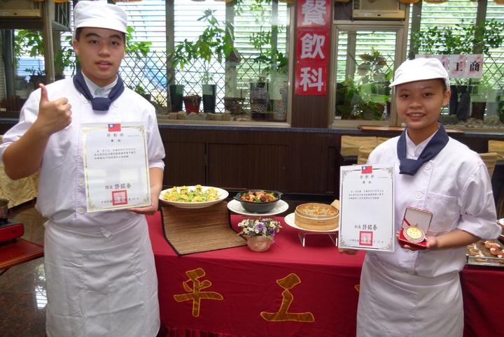 李思儀(右)、李子杰(左)在全國技能競賽中餐烹飪贏得第3、6名。記者鄭國樑/攝影