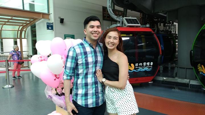 菲籍男子艾瑞克(左)今天在日月潭纜車上,向交往五年的女友求婚,順利贏得芳心。圖/九族文化村提供