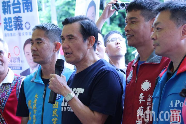 前總統馬英九(左二)今到永康、仁德陪同黨籍台南市長參選人高思博車隊遊行。記者綦守鈺/攝影