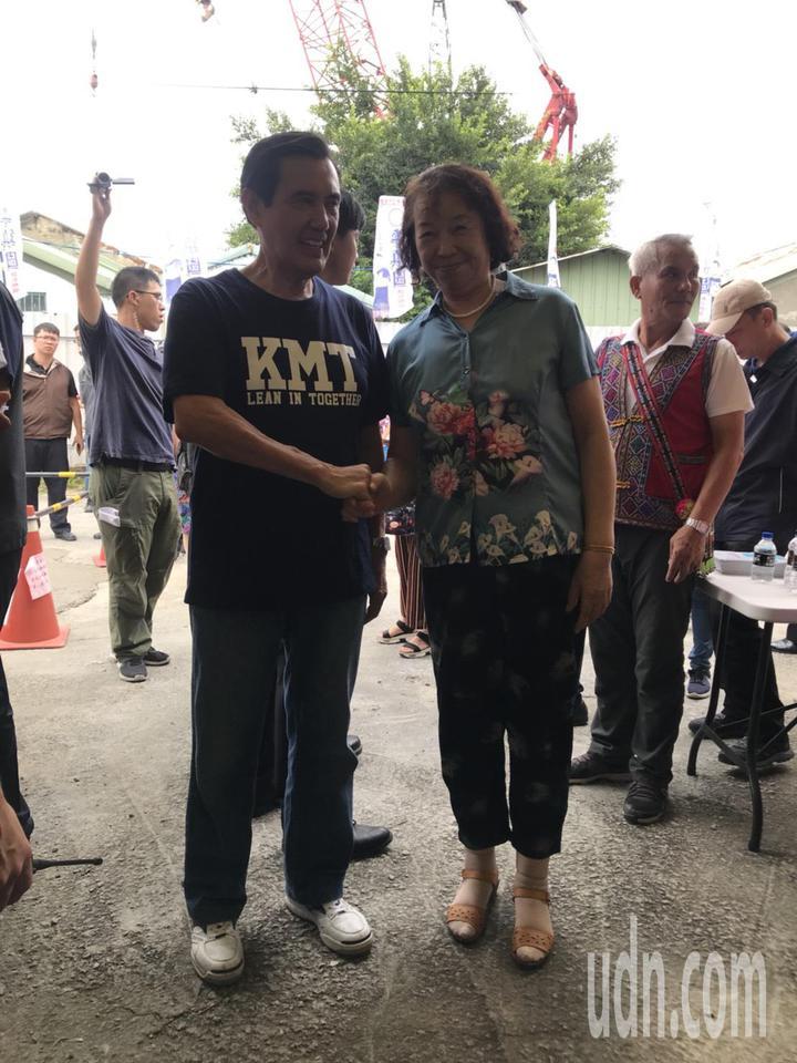 前總統馬英九(左)今到永康、仁德陪同黨籍台南市長參選人高思博車隊遊行,許多鄉親爭先上前合照,人氣高。記者綦守鈺/攝影