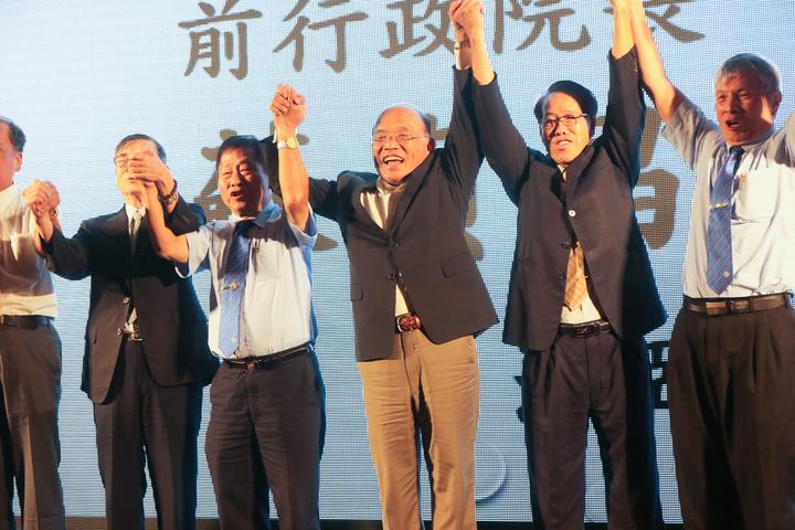 民進黨新北市長參選人蘇貞昌(中)今晚指出,他們一直被模仿、被抄襲,但沒有被超越,他希望大家看看,他過去的執行力以及過去做事、大家看到的政績。記者王敏旭/攝影