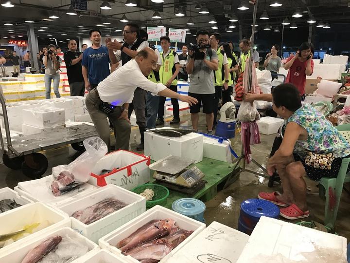 民進黨新北市長參選人蘇貞昌今天拂曉出擊到三重魚市場和果菜市場拜票。記者陳珮琦/攝影