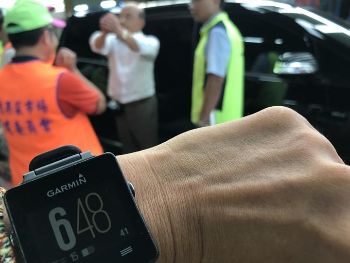 民進黨新北市長參選人蘇貞昌清晨5點到三重果菜市場拜票,花了近兩小時才結束。記者陳珮琦/攝影