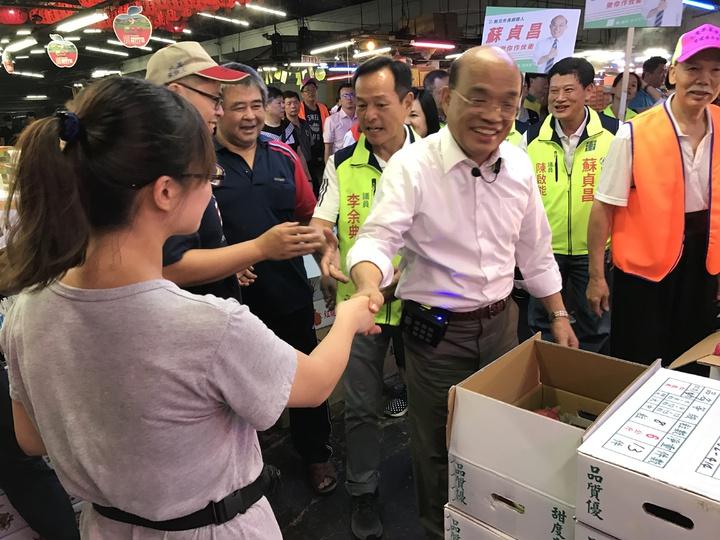 民進黨新北市長參選人蘇貞昌清晨5點到三重果菜市場拜票。記者陳珮琦/攝影