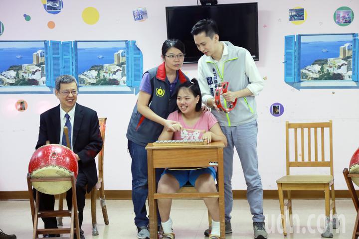 副總統陳建仁(左一)、鄭朝方(右一)與教養院的孩子們同樂玩音樂。記者郭宣彣/攝影