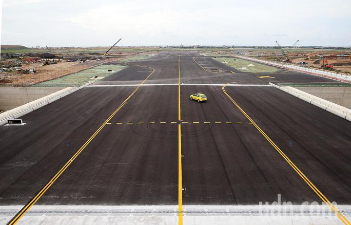 桃園機場第3航廈計畫中最重要的WC滑行道西移工程,W2滑行道15日全部完工,預計16日中午正式啟用。圖為W2滑行道鳥瞰。記者陳嘉寧/攝影