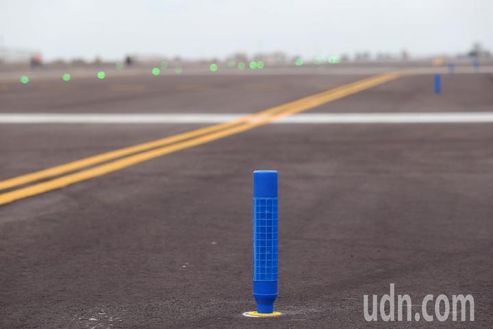 桃園機場第3航廈計畫中最重要的WC滑行道西移工程,W2滑行道15日全部完工,預計16日中午正式啟用。圖為W2滑行道轉彎處設置的LED柱型滑行道邊燈。記者陳嘉寧/攝影