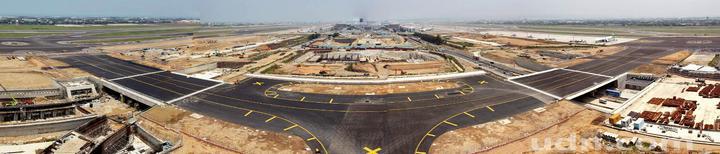 桃園機場第3航廈計畫中最重要的WC滑行道西移工程,W2滑行道15日全部完工,預計16日中午正式啟用。圖為W2滑行道鳥瞰。(桃園機場公司提供)