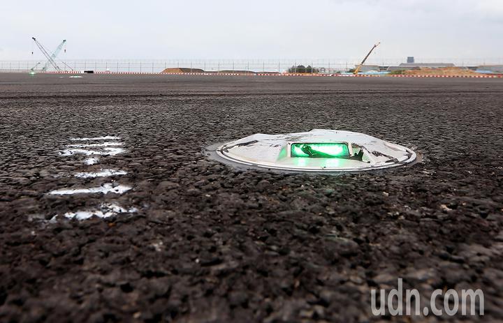 桃園機場第3航廈計畫中最重要的WC滑行道西移工程,W2滑行道15日全部完工,預計16日中午正式啟用。圖為W2滑行道中央設置的LED中心線燈,每1具價值2萬元。記者陳嘉寧/攝影