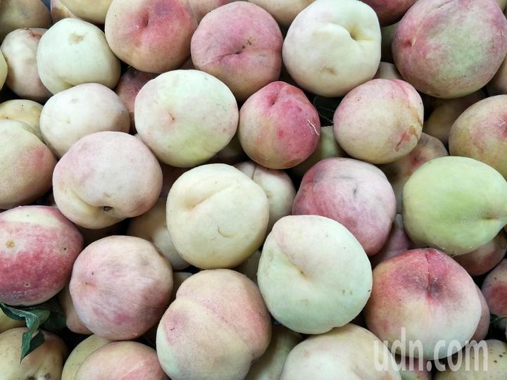 梨山地區的水蜜桃果肉將加工,製成冰淇淋。記者謝進盛/攝影