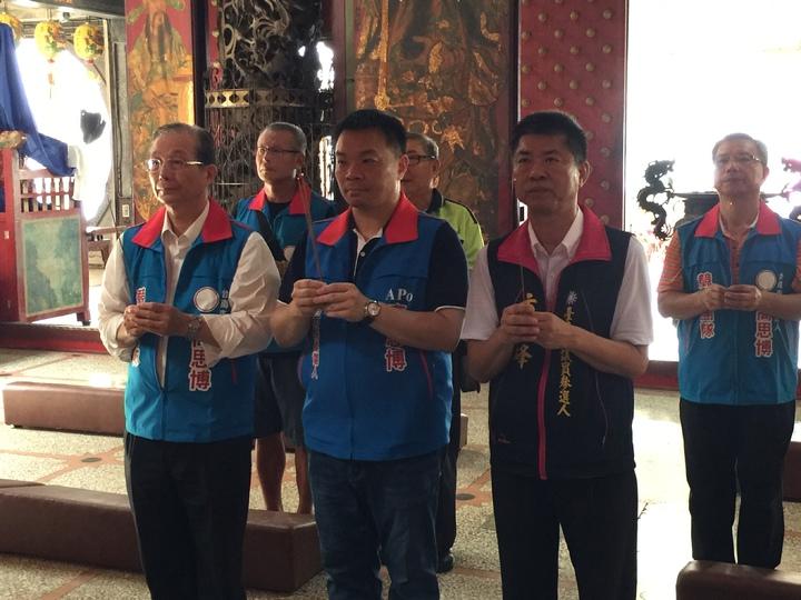 前教育部長吳清基(前左一)陪高思博(前左二)、市議員參選人方一峰(前右一)上香。記者吳政修/攝影