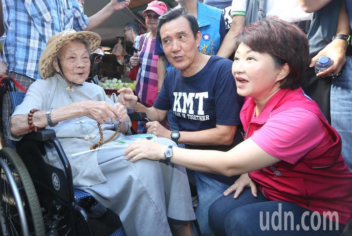 前總統馬英九(中)前往水湳市場掃街拜票時與百歲人瑞互動合影。記者黃仲裕/攝影