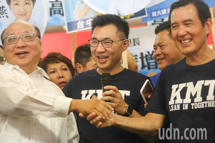 前總統馬英九(右)與前台中市長胡志強(左)握手致意。記者黃仲裕/攝影