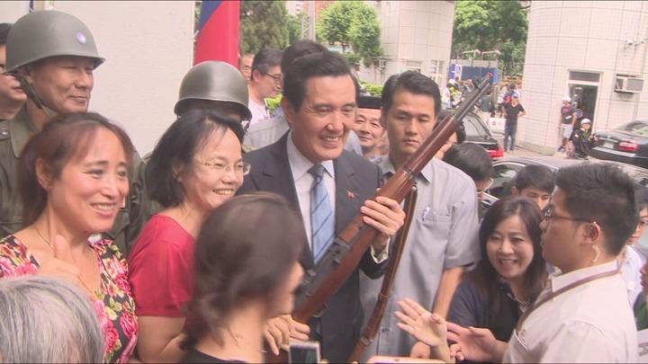 前總統馬英九參加823六十周年紀念活動,受到民眾熱烈歡迎。攝影/記者莊昭文