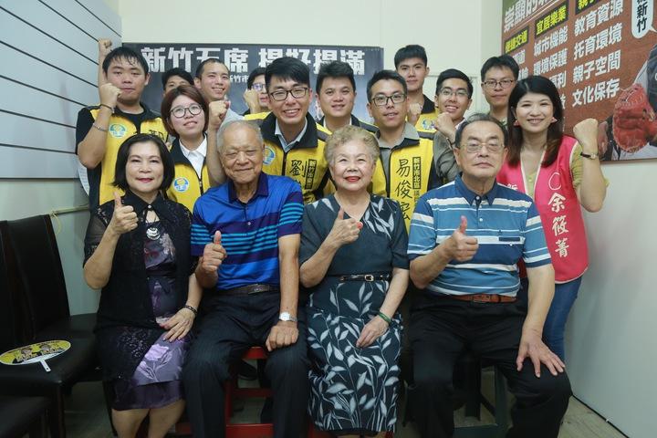 綠黨新竹市五區提名正式公布,柯P父母(前排,左二、右二)到場支持。記者郭宣彣/攝影