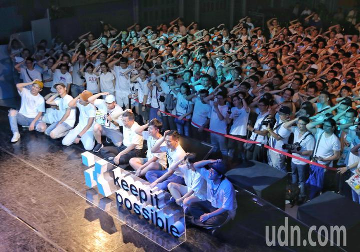 柯文哲(前排右五)拍大合照,與現場眾人一同擺出招牌抓頭手勢。記者鄭清元/攝影
