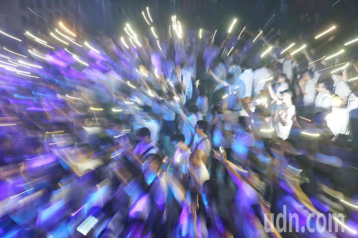 許多年輕選民參加柯文哲競選活動,現場宛如夜店派對。記者鄭清元/攝影