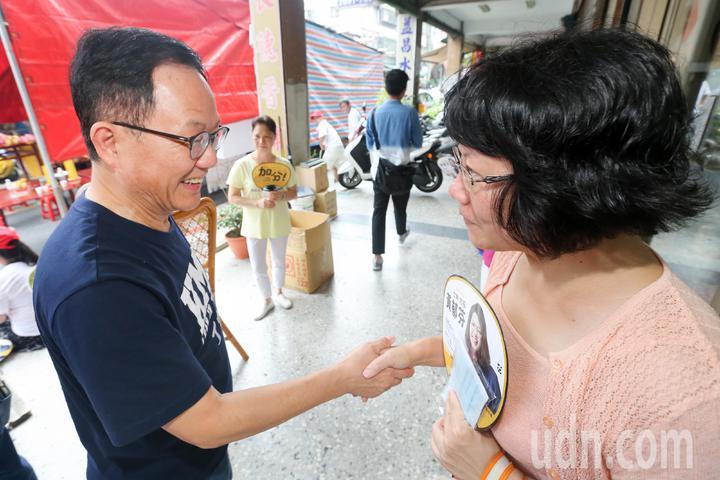 國民黨台北市長參選人丁守中(左)下午現身北投區廣福宮中元普渡活動,與現場民眾握手拜票。記者林伯東/攝影