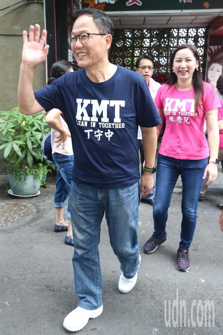 國民黨台北市長參選人丁守中(前)下午現身北投區廣福宮中元普渡活動,與現場民眾揮手致意。記者林伯東/攝影