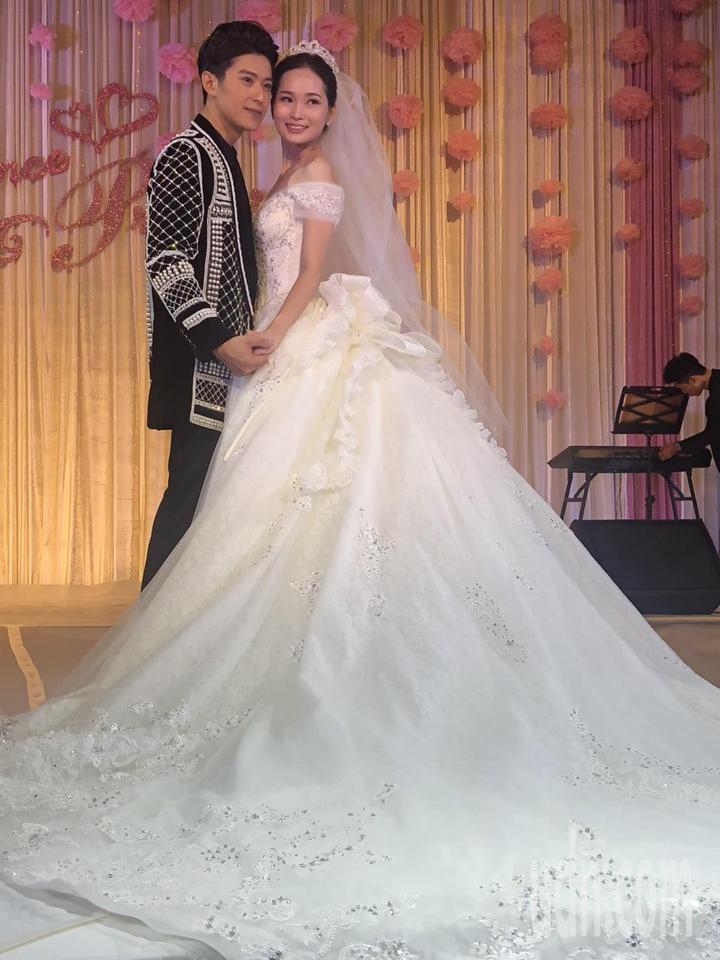 知名秀導吳亮儀策畫的婚紗秀結合法國台北、布蕾可絲兩家精品婚紗,一家走優雅奢華路線,另一家以前衛個性風著稱,訴說著王子與公主相識、相愛、相守的愛情故事,讓人為之驚豔。記者王慧瑛/攝影