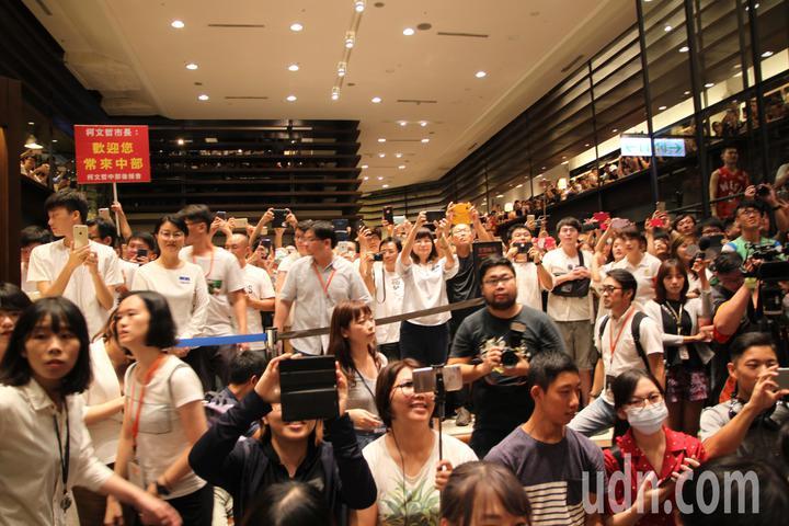 台北市長柯文哲下午到台中市中友百貨的誠品書店舉辦「光榮城市」一書的城市巡迴分享會,許多粉絲早早就買好了書等著他,他一出現時更是歡聲雷動。記者黃寅/攝影
