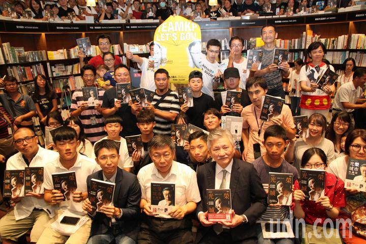 台北市長柯文哲下午到台中市中友百貨的誠品書店舉辦「光榮城市」一書的城市巡迴分享會,許多粉絲早早就買好了書等著他。記者黃寅/攝影