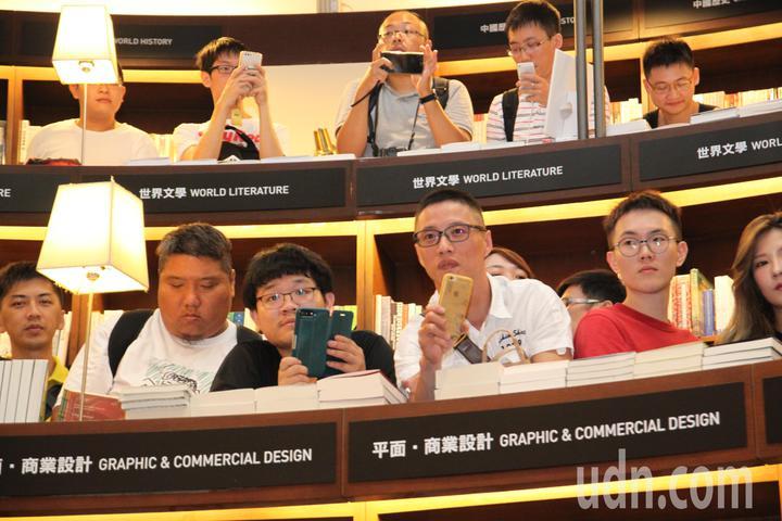 台北市長柯文哲下午到台中市中友百貨的誠品書店舉辦「光榮城市」一書的城市巡迴分享會,許多年輕粉絲早早就買好了書等著他,。記者黃寅/攝影