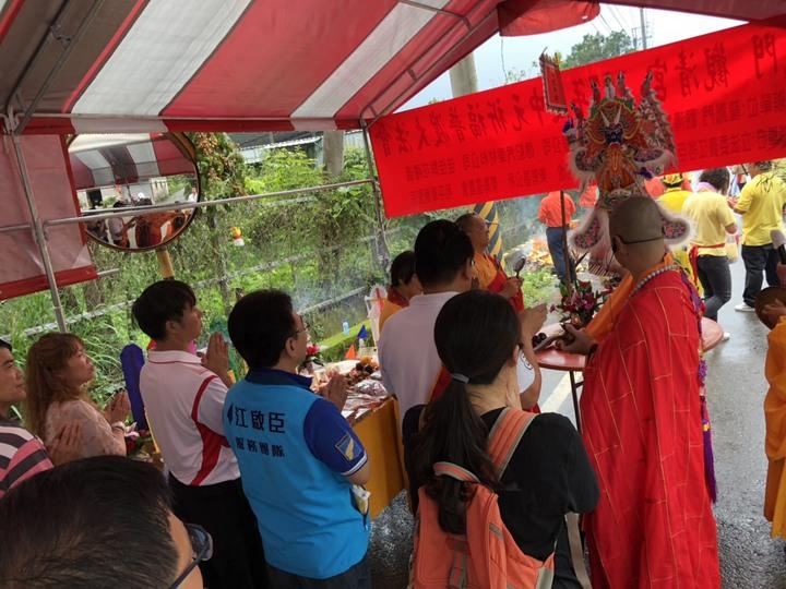 東勢鄉親一起在東蘭路擺800桌辦普渡法會,救平安濟弱勢。圖/江啟臣服務處提供
