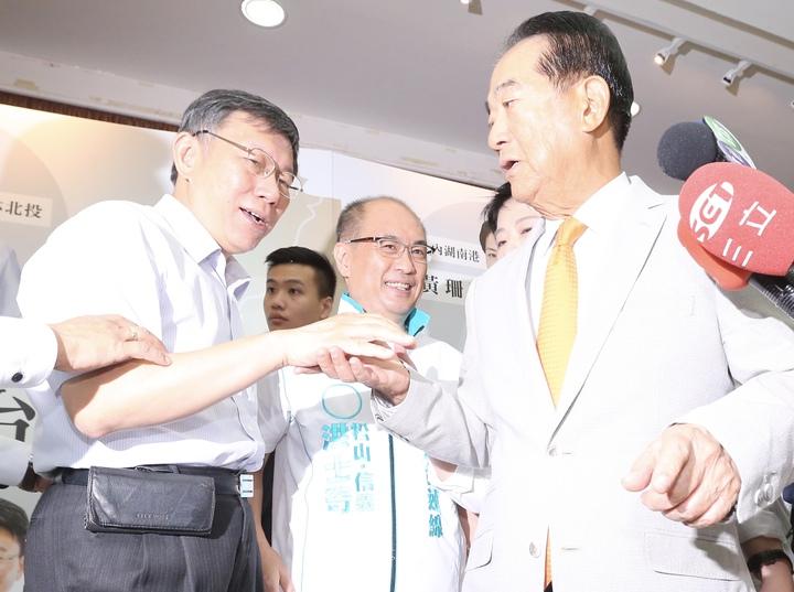 台北市長柯文哲(左)上午與親民黨主席宋楚瑜(右)會面,兩人同台一起為6位親民黨籍市議員參選人造勢。記者許正宏/攝影