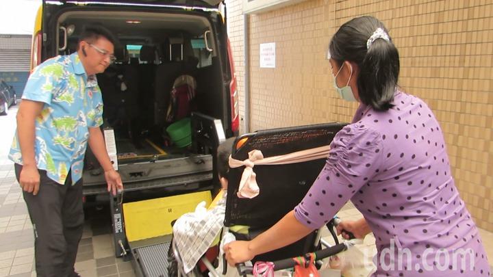 苗栗縣唯一的無障礙計程車方便輪椅族,業者葉士瑋佛心來著。記者范榮達/攝影