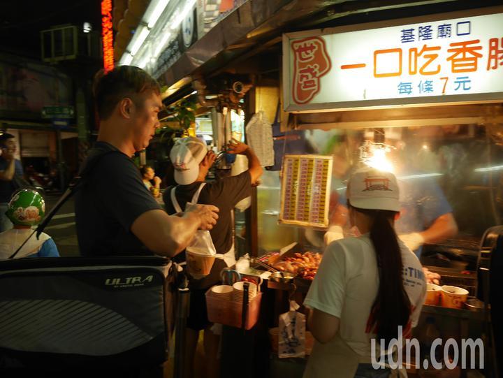 廟口夜市的一口香腸是美食熱區。記者吳淑君/攝影
