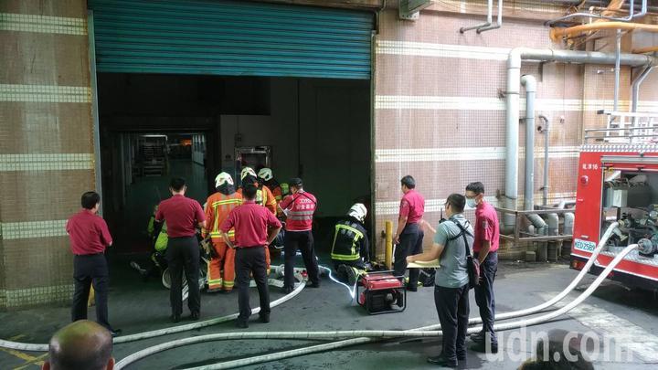 模擬搶救過程時,隊員也檢視廠區重新繪製平面圖的準確度。記者鄭國樑/攝影