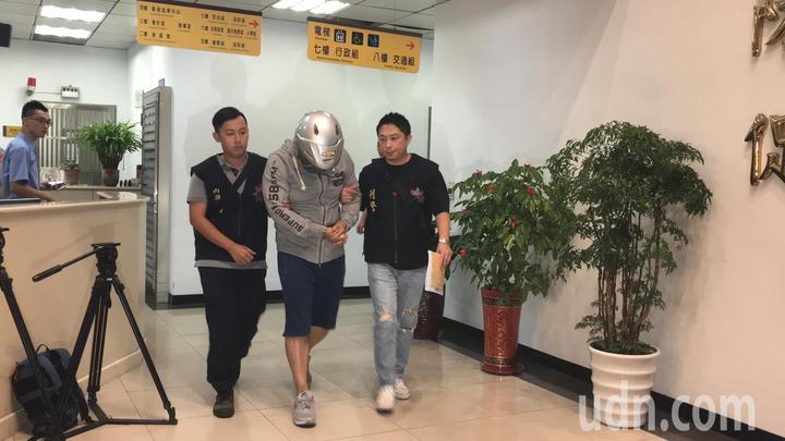 王嫌遭依妨害秘密罪嫌移送法辦。記者蕭雅娟/攝影