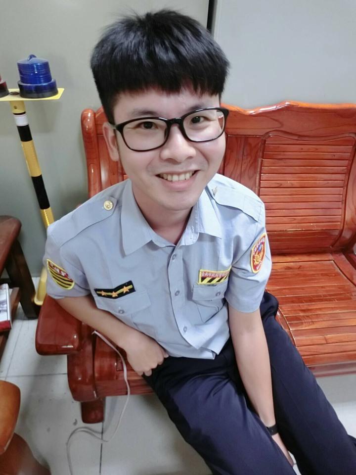 陽光男台南市麻豆警分局交通分隊警員郭哲銘驟世,得年31歲,警界不捨。記者謝進盛/翻攝