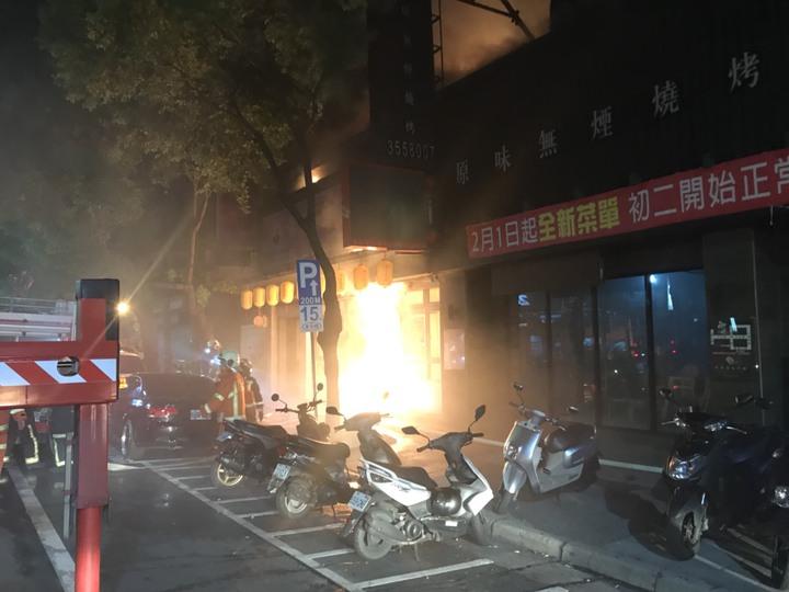 中正路2間餐廳陷入火海。圖/消防提供