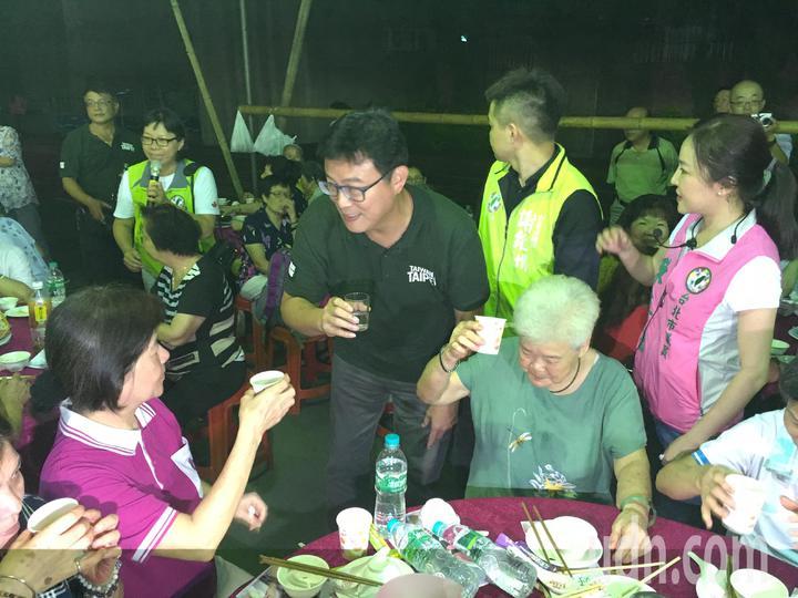 年底九合一大選升溫,民進黨台北市長參選人姚文智今晚出席士林區葫蘆寺普渡平安餐會。記者張世杰/攝影