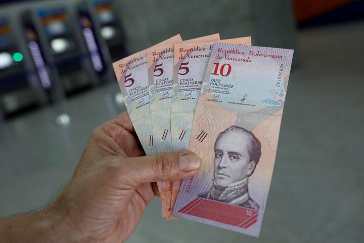 委內瑞拉總統馬杜洛下令舊貨幣貶值96%後推出新貨幣,並宣布最低薪資漲60倍,希望藉此「神奇配方」改善委國經濟危機。路透