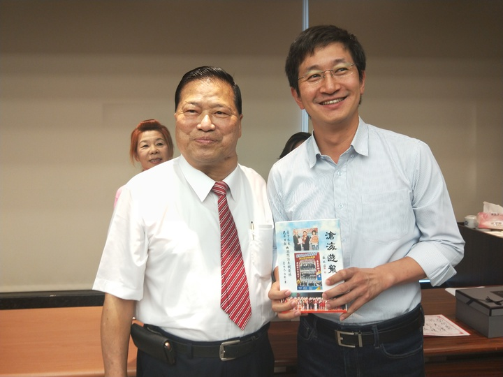 李伯元今天在慶安宮舉行新書「滄海遊龍」結緣會,基隆市藍綠政壇人物,不管是耆老還是新秀都出席。記者游明煌/攝影