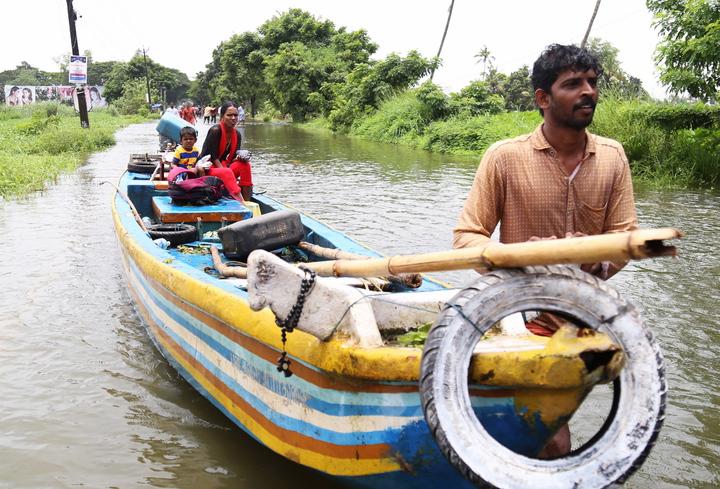 印度克勒拉邦商業首府科欽(Cochin)一帶居民19日乘船前往安全地點。克勒拉邦近日因大雨面臨百年一見的嚴重洪災,許多漁民響應政府號召參與救援,卻遭部分受災戶貶低和侮辱。歐新