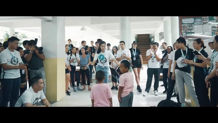 邱怡澍以扯鈴與泰國貧民窟的學童互動的畫面,被剪入世界大學生領導大會官方宣傳影片。圖/翻攝大會影片
